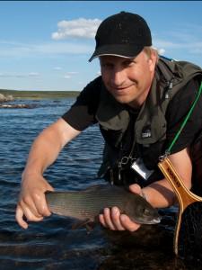 Niklas med fin harr från Finnmark