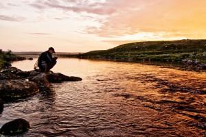 Solnedgång över jokken i Finnmark